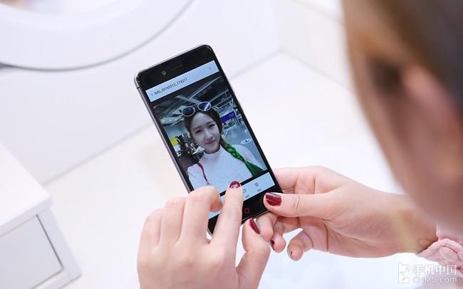 """""""Ngọc nữ"""" mang vẻ đẹp tinh khôi bên smartphone ảnh 3"""