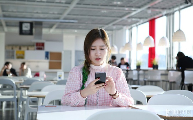 """""""Ngọc nữ"""" mang vẻ đẹp tinh khôi bên smartphone ảnh 4"""
