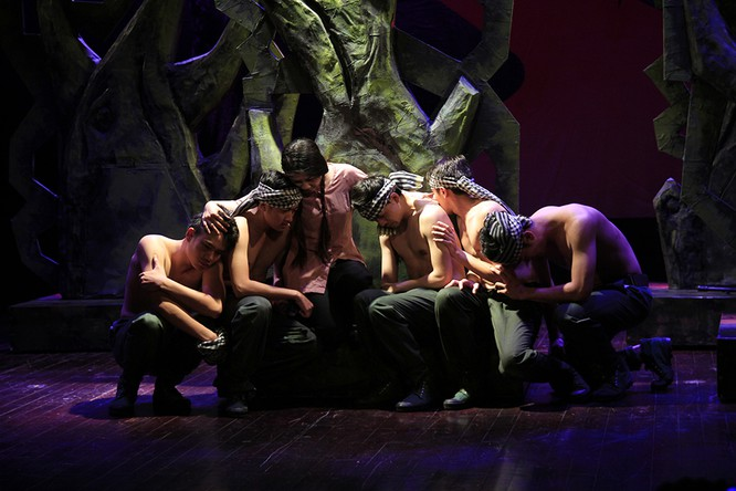"""Video: """"Biệt đội Báo Đen"""" khốc liệt và lãng mạn trên sân khấu Nhà hát Lớn ảnh 9"""