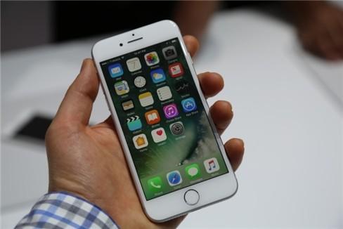 """Video: """"Soi"""" cận cảnh iPhone 7 và iPhone 7 Plus ảnh 12"""