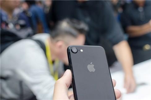 """Video: """"Soi"""" cận cảnh iPhone 7 và iPhone 7 Plus ảnh 5"""