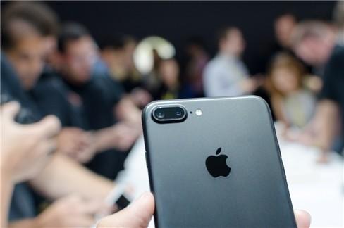 """Video: """"Soi"""" cận cảnh iPhone 7 và iPhone 7 Plus ảnh 6"""