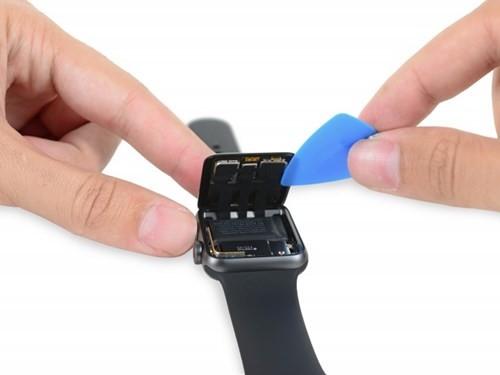 """Thấy gì khi """"mổ bụng"""" Apple Watch 2? ảnh 1"""
