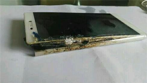 Sau Galaxy Note 7, đến lượt Huawei P8 phát hỏa ảnh 2