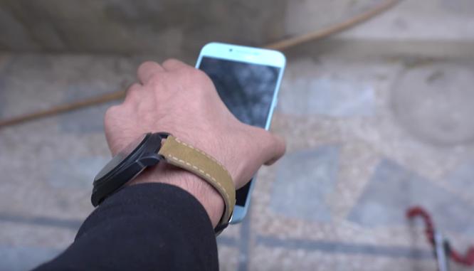 Galaxy A8 2016 rơi từ bàn xuống nền 'vô tư' ảnh 2