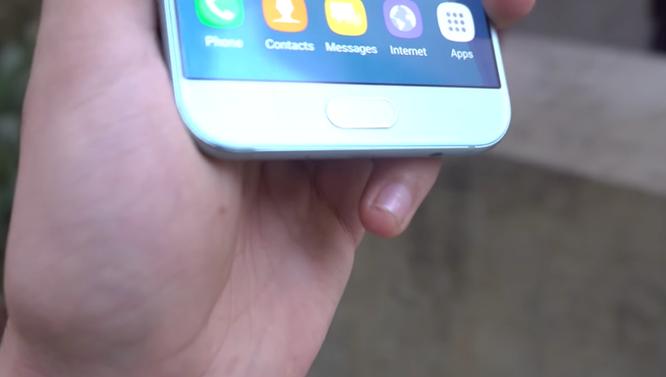 Galaxy A8 2016 rơi từ bàn xuống nền 'vô tư' ảnh 6
