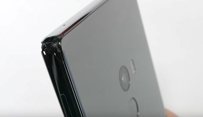 Mi MIX vỡ góc, nứt màn hình khi thả rơi từ 60cm ảnh 6