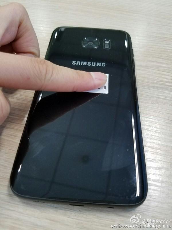 Samsung Galaxy S7 Edge bản đen bóng bất ngờ lộ diện ảnh 4