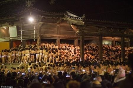 Thanh niên Nhật tưng bừng trong lễ hội khỏa thân lớn nhất trong năm ảnh 8