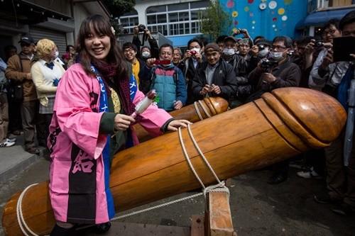 """Lễ hội rước """"của quý"""" ở Nhật đông nghẹt khách tham quan ảnh 2"""