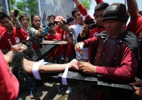 """""""Rùng mình"""" với lễ hội đóng đinh người thật ở Philippines ảnh 2"""