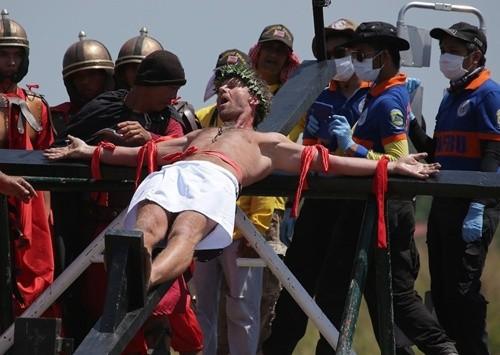 """""""Rùng mình"""" với lễ hội đóng đinh người thật ở Philippines ảnh 3"""