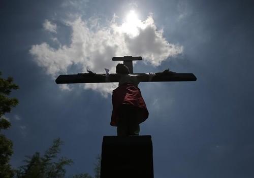 """""""Rùng mình"""" với lễ hội đóng đinh người thật ở Philippines ảnh 4"""