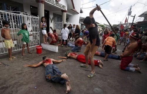 """""""Rùng mình"""" với lễ hội đóng đinh người thật ở Philippines ảnh 5"""