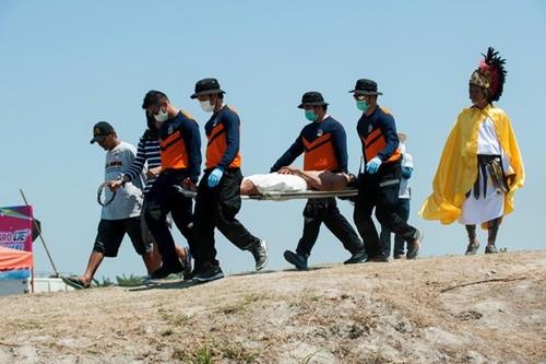 """""""Rùng mình"""" với lễ hội đóng đinh người thật ở Philippines ảnh 6"""