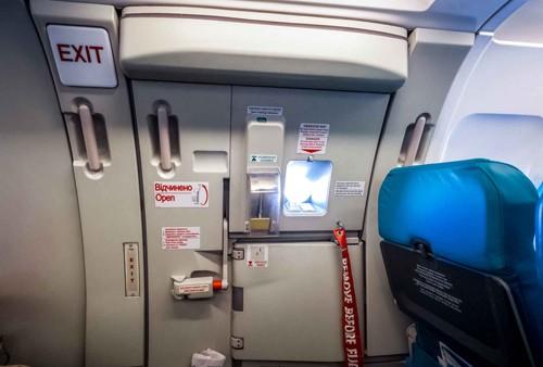 Điều gì xảy ra nếu mở cửa thoát hiểm lúc đang bay ảnh 2