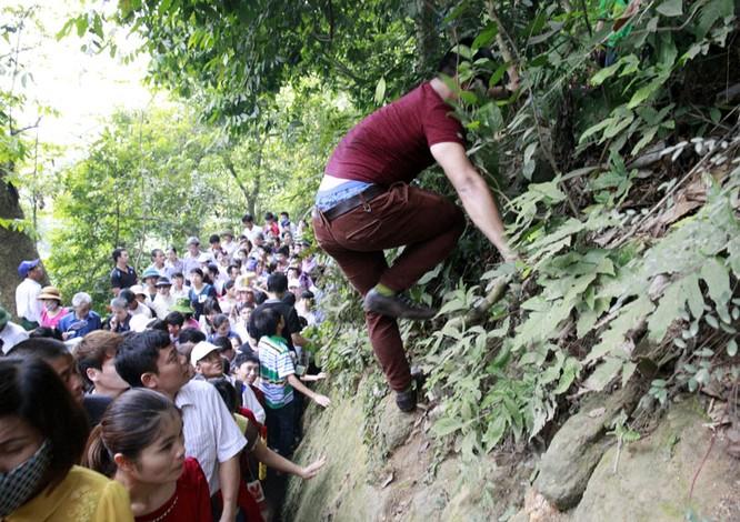 Nghẹt thở chen lấn, luồn rừng lên Đền Hùng ảnh 3