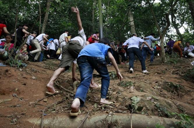 Nghẹt thở chen lấn, luồn rừng lên Đền Hùng ảnh 4