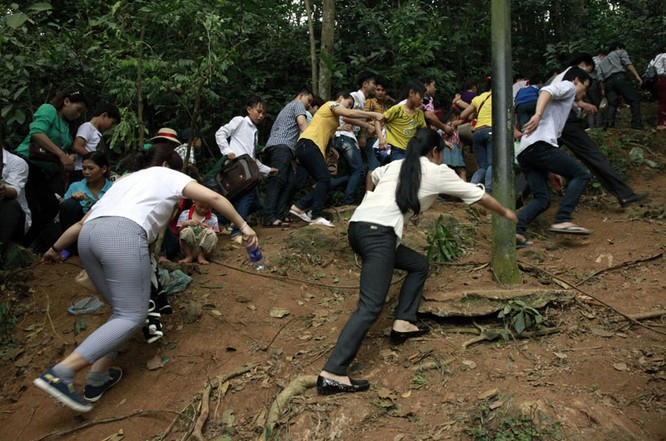 Nghẹt thở chen lấn, luồn rừng lên Đền Hùng ảnh 5