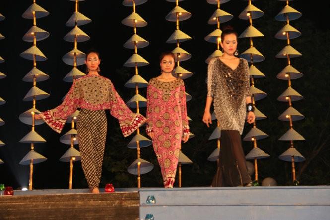 Hơn 40 hoa hậu, người mẫu Việt Nam trình diễn trang phục truyền thống ASEAN ảnh 9