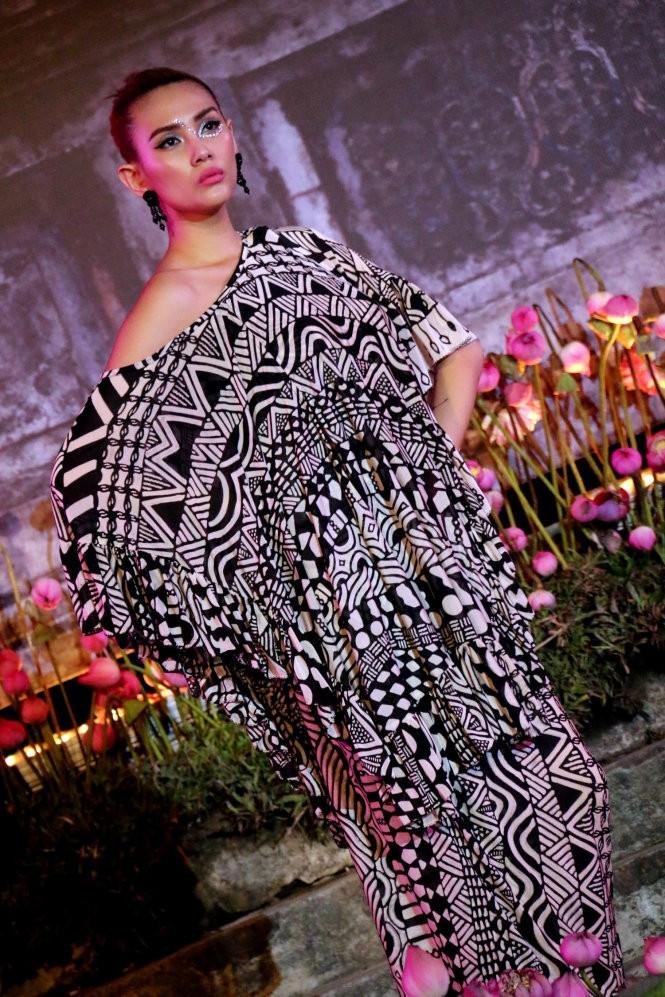Hơn 40 hoa hậu, người mẫu Việt Nam trình diễn trang phục truyền thống ASEAN ảnh 15