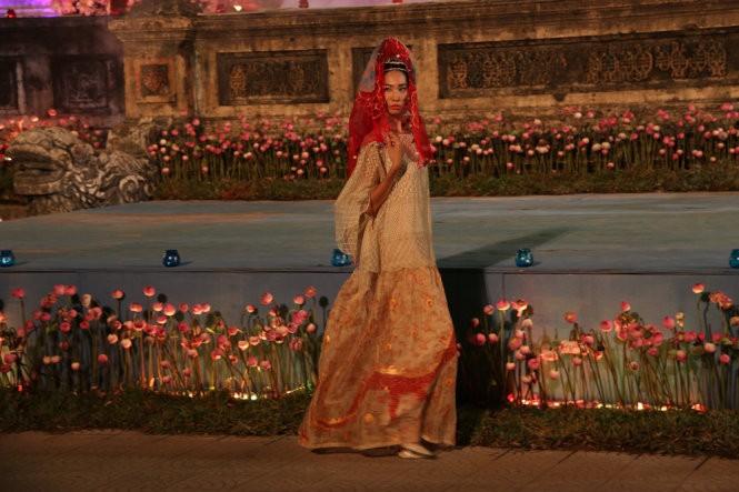 Hơn 40 hoa hậu, người mẫu Việt Nam trình diễn trang phục truyền thống ASEAN ảnh 7