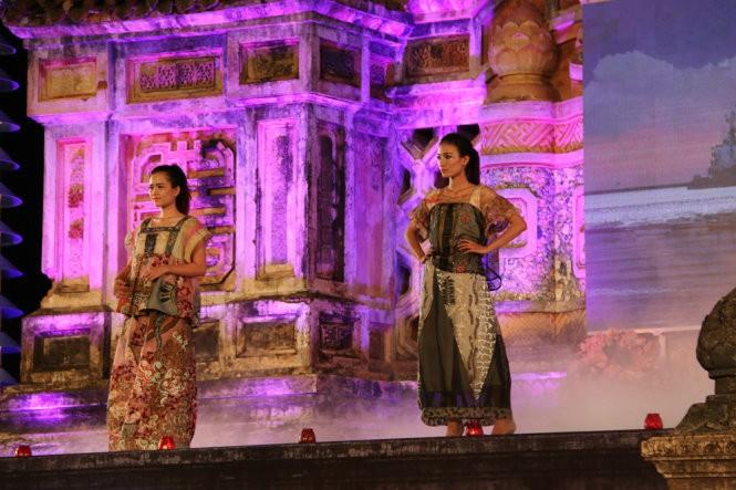 Hơn 40 hoa hậu, người mẫu Việt Nam trình diễn trang phục truyền thống ASEAN ảnh 5
