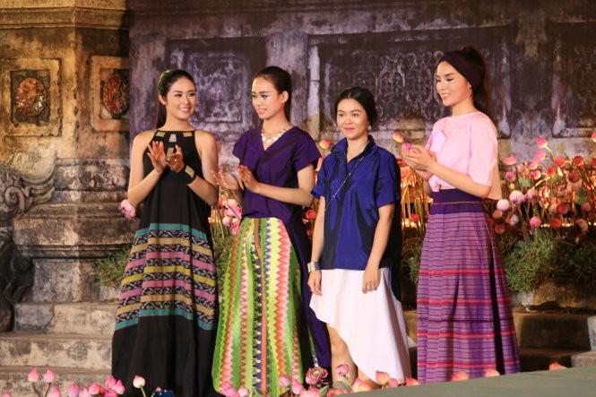 Hơn 40 hoa hậu, người mẫu Việt Nam trình diễn trang phục truyền thống ASEAN ảnh 3