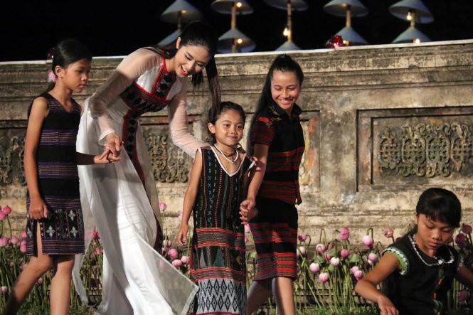 Hơn 40 hoa hậu, người mẫu Việt Nam trình diễn trang phục truyền thống ASEAN ảnh 13