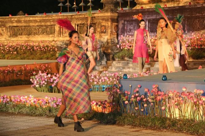Hơn 40 hoa hậu, người mẫu Việt Nam trình diễn trang phục truyền thống ASEAN ảnh 10