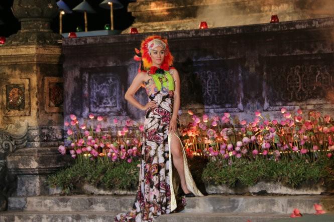 Hơn 40 hoa hậu, người mẫu Việt Nam trình diễn trang phục truyền thống ASEAN ảnh 1