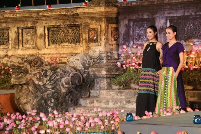 Hơn 40 hoa hậu, người mẫu Việt Nam trình diễn trang phục truyền thống ASEAN ảnh 2