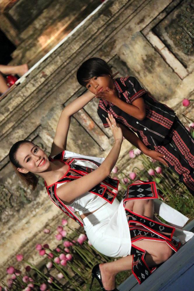 Hơn 40 hoa hậu, người mẫu Việt Nam trình diễn trang phục truyền thống ASEAN ảnh 14
