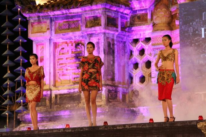 Hơn 40 hoa hậu, người mẫu Việt Nam trình diễn trang phục truyền thống ASEAN ảnh 4