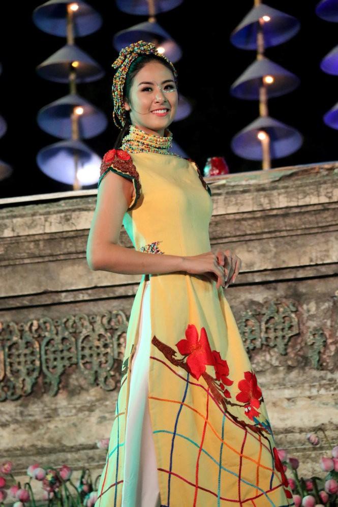 Hơn 40 hoa hậu, người mẫu Việt Nam trình diễn trang phục truyền thống ASEAN ảnh 16