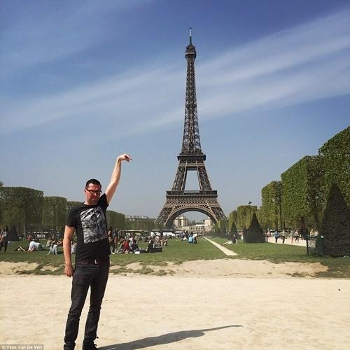 """""""Chết cười"""" với ảnh chế cùng tháp Eiffel của cư dân mạng ảnh 1"""