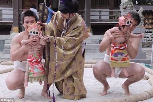 Lễ hội kỳ lạ, trẻ khóc càng to, bố mẹ càng... sướng ảnh 2