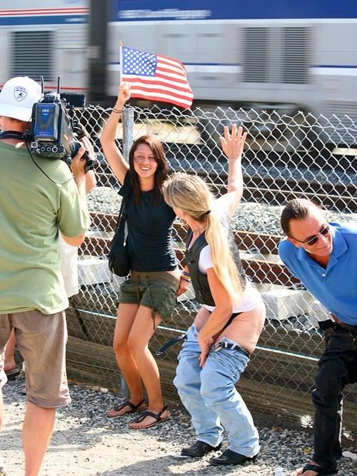 Kỳ quặc lễ hội... khoe vòng 3 trước tàu hỏa ở Mỹ ảnh 1