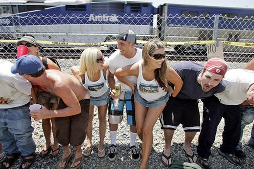 Kỳ quặc lễ hội... khoe vòng 3 trước tàu hỏa ở Mỹ ảnh 2