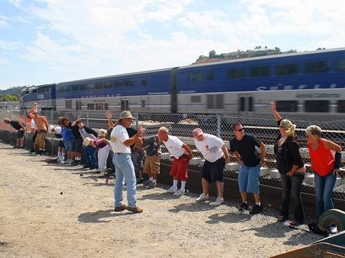 Kỳ quặc lễ hội... khoe vòng 3 trước tàu hỏa ở Mỹ ảnh 3