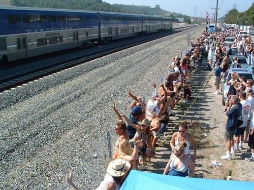 Kỳ quặc lễ hội... khoe vòng 3 trước tàu hỏa ở Mỹ ảnh 4