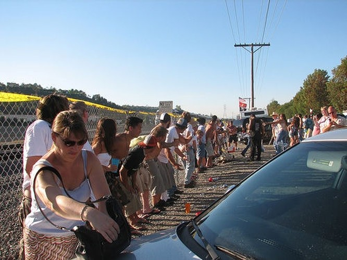 Kỳ quặc lễ hội... khoe vòng 3 trước tàu hỏa ở Mỹ ảnh 5