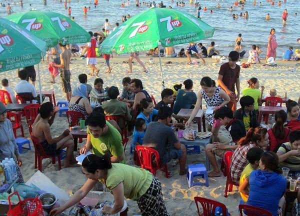 Dân đổ xô trốn nóng, biển miền Trung quá tải ảnh 6