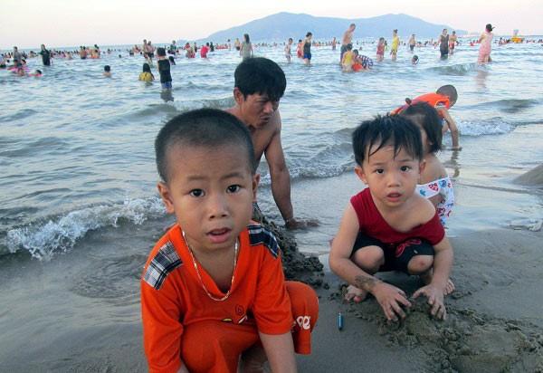 Dân đổ xô trốn nóng, biển miền Trung quá tải ảnh 3