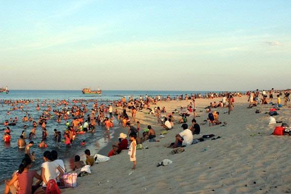Dân đổ xô trốn nóng, biển miền Trung quá tải ảnh 10