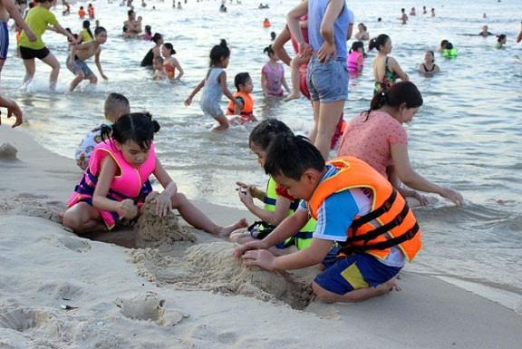 Dân đổ xô trốn nóng, biển miền Trung quá tải ảnh 11