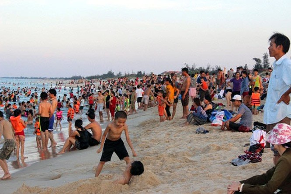 Dân đổ xô trốn nóng, biển miền Trung quá tải ảnh 12