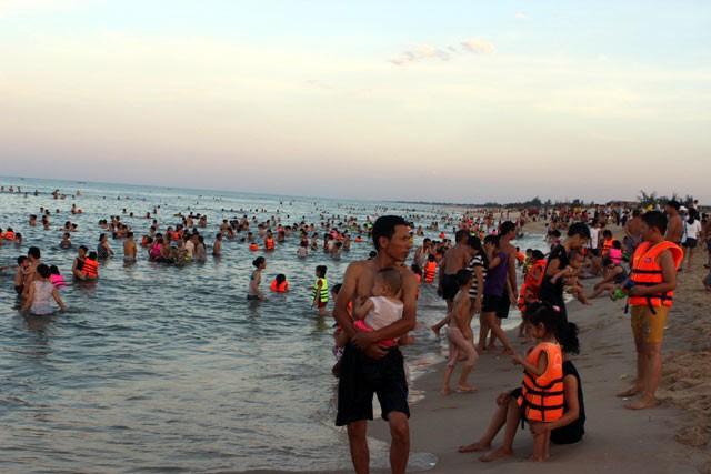 Dân đổ xô trốn nóng, biển miền Trung quá tải ảnh 13