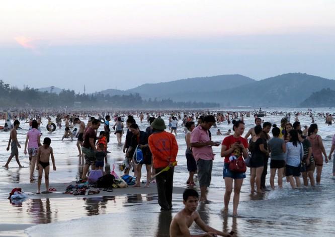 Dân đổ xô trốn nóng, biển miền Trung quá tải ảnh 18