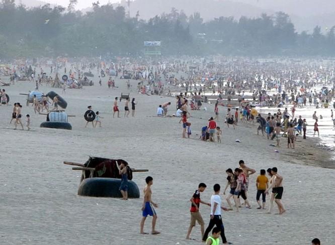Dân đổ xô trốn nóng, biển miền Trung quá tải ảnh 15
